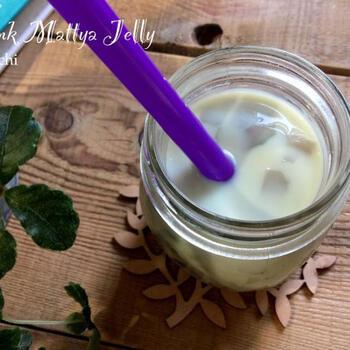 牛乳の中にクラッシュした抹茶ミルクゼリーを入れて太めのストローでいただきます。プルプル食感のゼリーに歯を当てると抹茶の香りとほろ苦さが広がります。