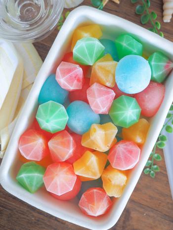 シリコンモールドを使ってつくる、本物の宝石みたいなゼリーです。小さくカットしたフルーツが入っているため、フレッシュな味わいを楽しめます。凍らせたままいただいてもおいしい♪