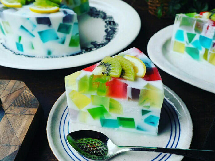 6色のカラフルなゼリーを牛乳寒天の中に閉じ込めて。フルーツをトッピングすれば、まるで本物のケーキみたい! わくわくしながら切り分けられる、模様を楽しむゼリーです。