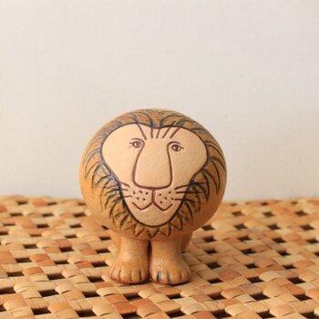 スウェーデンを代表する陶芸家LISA LARSON(リサ・ラーソン)のライオン。なんとも言えない表情に癒されますね。こちらは復刻品ですが、現在も職人の手作業でひとつひとつ丁寧に作られています。