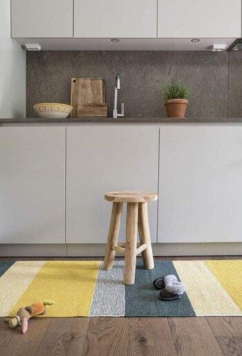 黄色をベースにしたラグは、お部屋をパッと明るい雰囲気にしてくれます。木製家具との相性も抜群で、手軽におしゃれな空間を作れますよ。室外での使用もできるので、ベランダやウッドデッキでも北欧インテリアを楽しめます。気になるお手入れは、洗濯機での丸洗いが可能です。