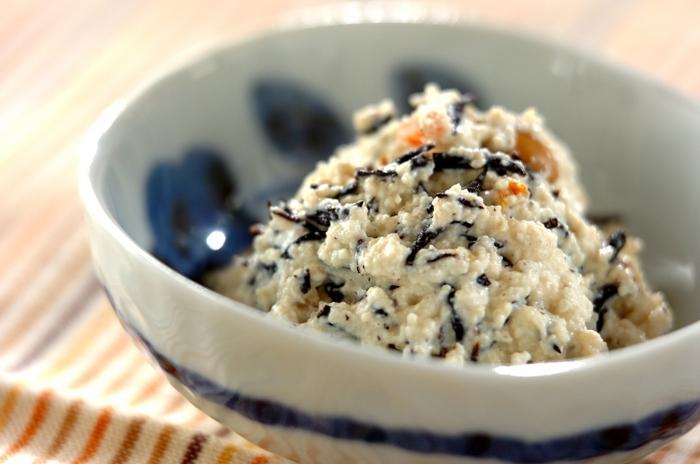 濃いめの味つけのひじきの煮物も、白和えにすることでさっぱりした味わいに。水切りした豆腐の和え衣とさっと和えるだけなので簡単です。