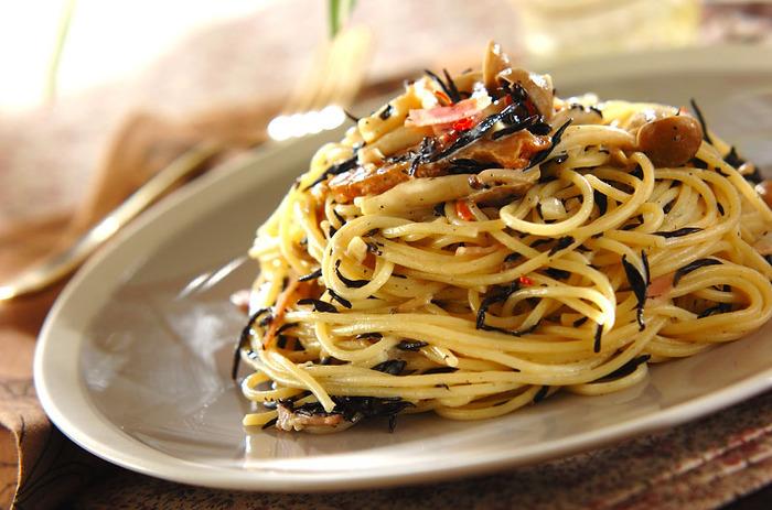 ひじきの煮物をパスタにアレンジ。醤油味が、生クリームとなじんでいい相性。カルシウムや食物繊維などもプラスできます。