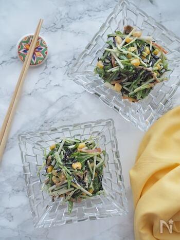 残ったひじきの煮物を、サラダに加えるのもいいアイデア。ひじきにしっかり味がついているので、加える調味料も少なめでよさそうですね。デリ風のおしゃれな一品に変身!