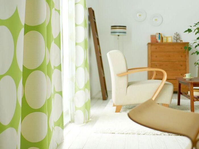 フィンランドの家庭では一般的なブランドであるFinlayson(フィンレイソン)のカーテン。卵が転がるような軽やかなデザインは、幸せな気分にさせてくれます。大きい模様ですがデザインがとてもシンプルなので、インテリアに馴染んでくれるのが特徴です。遮光2級でほぼ日光を通さないため、寝室にもおすすめ。