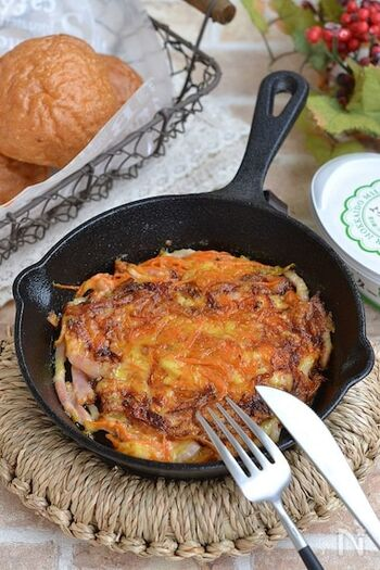 キャロットラペ入りのチーズガレット。スキレットで作るのもおしゃれですね。溶けたチーズがカリカリで香ばしく、お客様にも出せるお料理になります。こちらはカレー味のラぺを使っていますが、普通のラぺでもOK。