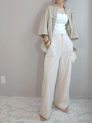 白のワイドパンツに、グレージュカラーのシャツをラフに羽織って。全体を同系色で合わせたやわらかなコントラストが効いていますね。リラックス感のあるコーデですが、胸元はすっきりさせて女性らしさをアップ。