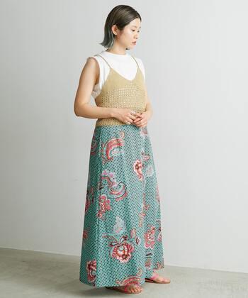 綺麗なピンク×グリーンのスカートを主役にしたコーディネート。他はシンプルにまとめるとスカートの美しさが際立って◎。光沢感のある素材なので、Tシャツを合わせてもラフすぎず女性らしい。繊細なプリントと美しい色合いで気分も明るくなりますね。