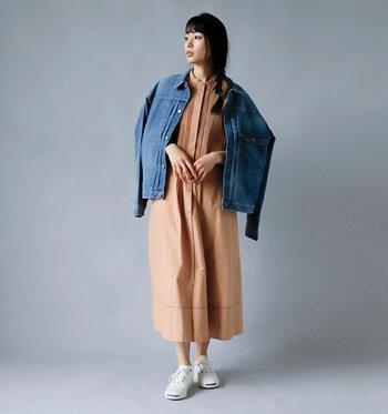 ブラウン系のワンピースに、ブルーのデニムジャケットを羽織ったスタイリング。2アイテムを合わせただけなのに、おしゃれ度がグッと高まる春らしい着こなしです。足元はスニーカーを合わせてリラクシーな抜け感を。