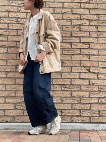 ゆるシルエットのデニムパンツに、白ブラウスをラフに合わせて。スニーカーを合わせたラフコーデを、ベージュのデニムジャケットでトレンド感たっぷりに仕上げた着こなしです。