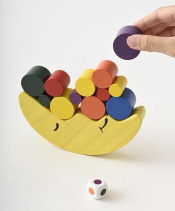 カラフルで目にも楽しい「お月さまバランスゲーム」。  バランスを考えながらブロックを積んでいくことで、つり合いの原理を自然に学ぶことができるおもちゃです。色やバランス感覚を、楽しみながら覚えていけますよ。