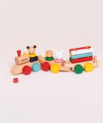 見ているだけで楽しくなるカラフルな配色に、ちょこんと乗る可愛らしい動物たち。 引っ張って遊ぶだけではなく、パーツを組み替えたり、パズルとしても遊ぶことができる優れものです。