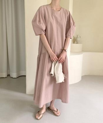ふわっと軽やかな雰囲気を演出したレディなピンクのワンピース。オーバーサイズと、たっぷりめのボリューム袖のゆるやかなシルエットが、大人のリラックスタイムにもぴったりです。