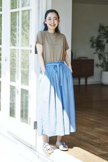 カフェオレカラーのTシャツに鮮やかなスカイブルーのふんわりスカートを合わせて。着心地楽ちんTシャツをフレアスカートにインして、大人の余裕を感じさせるラフコーデです。