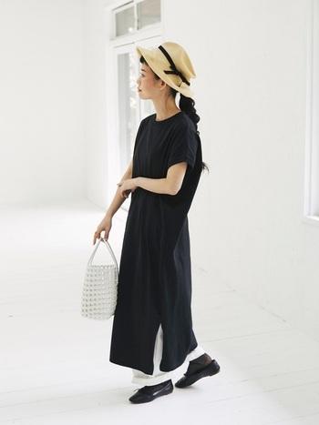 トレンドライクなTシャツワンピのモノトーンコーデ。マキシ丈のワンピースが縦ラインを強調させて、スタイリッシュな印象に。ハットやバッグで夏らしさを出しています。