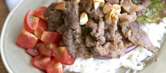 牛の薄切り肉をニンニク&ナンプラーでスパイシーに炒めて、どーんと麺の上に。牛丼ならぬ、エスニックな牛うどん。梅雨や夏の暑さなんてなんのその。豪快な麺もので、スタミナをしっかりつけましょう。