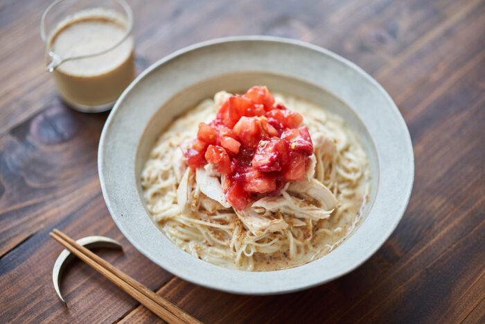 続いてこちらも豆乳ダレのレシピ。今度は冷やしそうめんバージョン。トッピングのトマトと梅干しの赤が鮮やか。お味ももちろん素敵です。