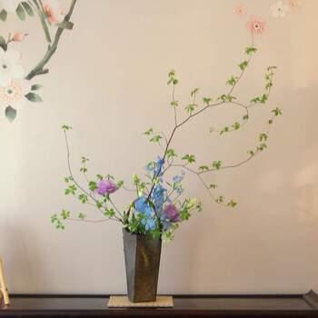 デルフィニウムにトルコキキョウ、そして「ドウダンツツジ」を合わせた躍動感あふれる生け花。  自然の生み出す形に、うっとりと魅了されてしまいます。