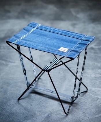 休憩できるような場所でも、地面には石などがゴロゴロしていることが多い富士山。小さな折り畳み椅子があると、とても便利です。最近では畳むとフラットなる軽量なタイプのものがあるので、一つ用意しておきたいですね。椅子をもって行かない場合にも、小さめのレジャーシートは用意しておきましょう。