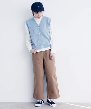 シンプルなTシャツのメンズライクな着こなしに、爽やかなニットベストを。ワンアイテムプラスするだけで、印象に残る素敵なコーディネートになります。