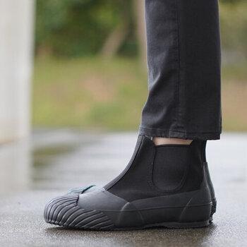 お気に入りの長靴を履いて、素敵な傘を持って。小雨だったら、レインコートを羽織るだけでもいいかも。雨を楽しむ準備をしたら、さあ玄関の扉を開けてみましょう。