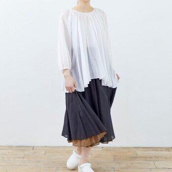フレアーたっぷりのリバーシブルのロングスカート。ウエストはバックゴムギャザー仕様で、ストレスフリーな履き心地。裾から覗く裏側の色がコーデに表情を与えます。