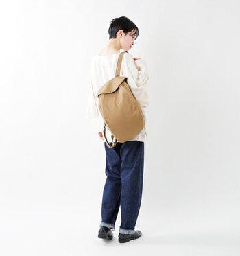 白シャツ×デニムのコーデに、リュックサックを背負って。傘を持っても身軽にぐんぐん歩けちゃう服装です。リュックサックは撥水加工のアイテムだと安心。