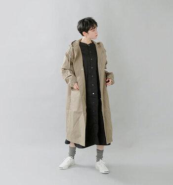 パンツではなくあえてのワンピース。雨の日のお散歩は足元が濡れてしまうことがありますが、そんなときもこのコーデなら靴下を履き替えるだけでOKです。