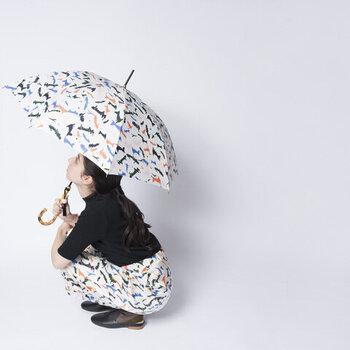 とびきりおしゃれを楽しみたい日には、たとえばこんなふうに傘とボトムの柄を合わせても。同じ柄を持っていない場合は、色を合わせるだけでも雰囲気が出て可愛いですよ。