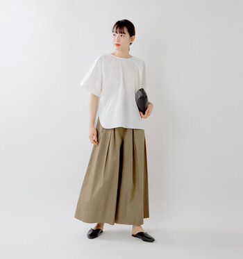 スカートのようにも見えるタックたっぷりのワイドパンツのAラインコーデ。タックたっぷりでウエスト周りにゆとりがあり、ウエストインに抵抗がある方にもしやすいアイテムです。白カットソーを合わせてシンプルに。