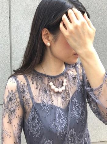 お呼ばれスタイルに合わせるなら、ネックレスとセットで使いたいですね。ネイビー、ブルー、ボルドー、グリーン、ブラックなどなど、どんなカラーのドレスとも合わせやすい◎