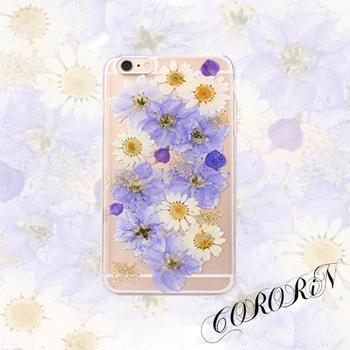 UVレジンを使えば、本物の押し花を閉じこめることもできます。  コチラの作品は、パープルとホワイトのドライフラワーを使った押し花デザイン。優しげで柔らかな雰囲気が大人女子にピッタリ。