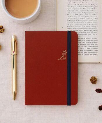 「褒めダイアリー」とは、その名の通り「自分の良いところ」を褒めながら書く日記のこと。  書き続けることでポジティブシンキングが身につき、幸福感がUPするそう!でも、どうして「自分の良いところ」を褒めることで、幸福感が上がるのでしょう?