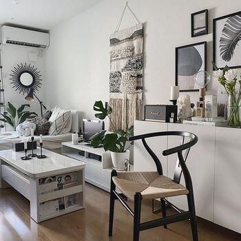 ホワイトを基調にしたこちらの北欧風の1Kのお部屋は、ブラックが差し色になっているところが特徴です。それによってモダンなおしゃれさもプラスされています。観葉植物のグリーンもアクセントになっていて、明るい雰囲気の空間になっていますね。