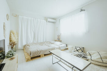 ホワイトとベージュカラーで統一されたこちらのお部屋は、明るくてやわらかな雰囲気が魅力的です。背丈が低めの家具で揃えられていることもあって、お部屋がより広々として見えますよね。