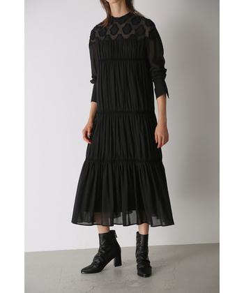 これこそ特別な日のために着たい美しいジャガード生地のRIM.ARK(リムアーク)のドレス。ドレス全体に施された繊細でかつボリュームのあるギャザーが、さらっと着るだけで華をもたらします。
