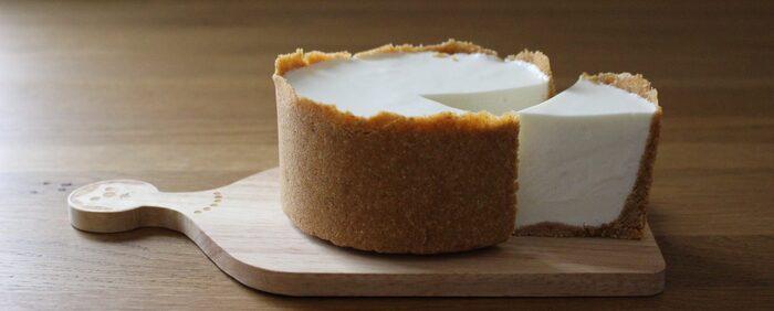 ヨーグルトと生クリームでさっぱり味に仕立てたレアチーズケーキ。真っ白な生地と、器のように敷き詰めたクッキー生地がおしゃれな印象に。生クリームはホイップしてもしなくてもOK。異なる食感を楽しめます。