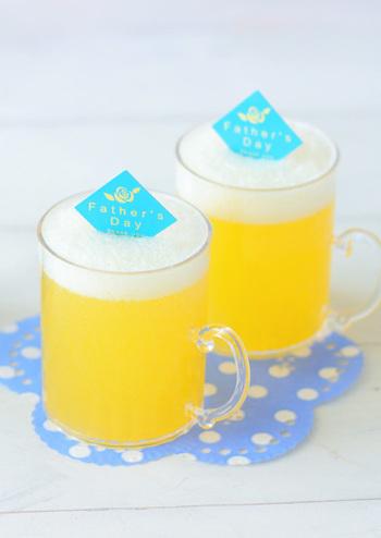 普段ゼリーを入れるようなカップではなく、背が高めのグラスに入れることで見た目のビールっぽさがアップします。持ち手がついていたりジョッキっぽいデザインのものもいいですね。