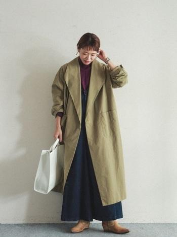 ボルドーやカーキ、ネイビーといった深みのある落ち着いた配色で構成。そこへクリーンな白のバッグを投入すると、コーディネートがパッと明るくなります。ロング丈コートとボトムの重さも払拭できて、軽やかな着こなしに。