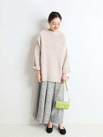ゆるっとしたニットに花柄スカートを合わせたリラックス&フェミニンな着こなし。アップルグリーンのミニマルなショルダーバッグを合わせれば、定番も今年らしいスタイリングへ一新できます♪