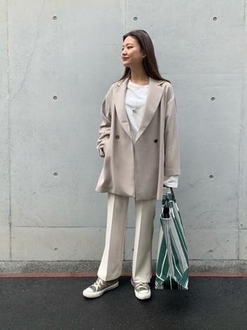 カットソーにパンツ、オーバーサイズのジャケットを羽織ったハンサムレディなスタイリング。膨張しやすい配色を引き締めたいときにも、大きめバッグは大活躍です。爽やかなグリーンで春夏ムードを高めて。