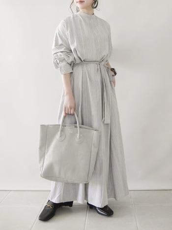 差し色やアクセントにもちいるのではなく、あえて同化させるという選択もアリ。どこか新鮮で、洗練された着こなしが叶います。同じ白でも洋服とバッグで色の濃淡をつければ、単調になりません♪