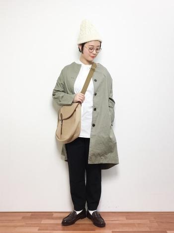 大きめバッグは斜めがけにするのが今のトレンド!アウトドアやスポーティー、メンズライクなスタイリングと相性よくマッチします。ニット帽や丸メガネでレトロなニュアンスを加えるのも◎。