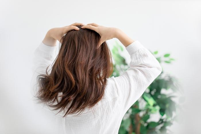 最近、ちょっと増えたかも…気になる「抜け毛」の原因とケア