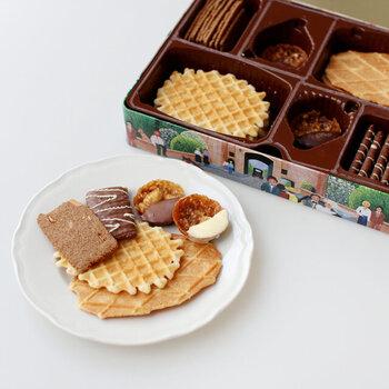 ワッフル型のクッキーが入ったミニキャナル缶・ミニベーカリー缶と、5種類のクッキーが詰め合わせになっているブルージュ缶の3種類から、好みのクッキーを選べます。食べ終わった後には缶を小物入れなどにも使えるので、手土産として贈っても喜んでもらえますよ♪