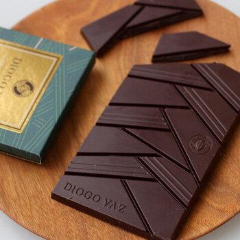 チョコレートそのものの、洗練されたデザインも特徴。アメロナド種カカオを70%使用し、アンローストで仕上げた「70% アンロースト」と、アメロナド&トリニタリオ種カカオを82%使用した「82% アルティザンブレンド」の2種類から選べます。
