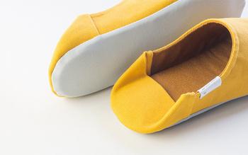 踵の部分は踏んでスリッパとして履いたり、立ち上げてルームシューズとして履いたりできるバブーシュのデザインです。動きやすさやフィト感を自分好みで選べます。左右が対称に作られているので、履き違いのストレスもなくスリッパも長持ちします。