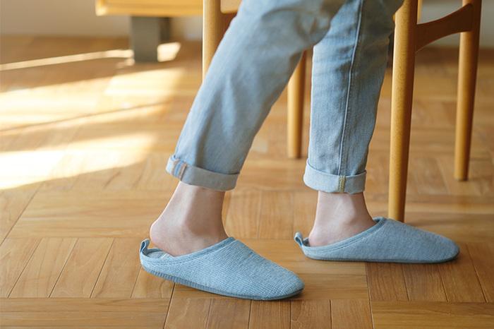 タオルで有名な「コンテックス」が作るルームシューズは、肌に気持ちよく靴下のように履き続けたくなる一足です。コットンリネンで作られていて、さらりとした肌触りは素肌で履きたくなります。