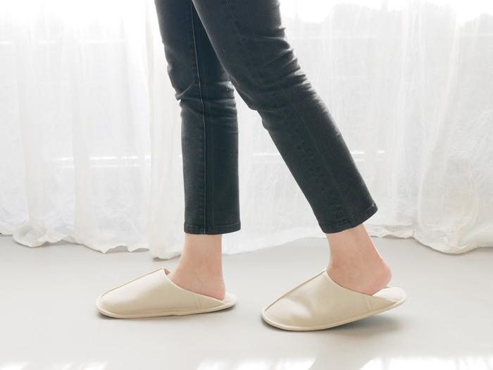 柔らかなインナーはクッション性もあるので、足に優しく歩きやすいです。足裏にはEVA素材が使われていて、水や汚れに強く出来ています。サイズはSとMの2サイズ、ナチュラルとブラックの2色展開です。