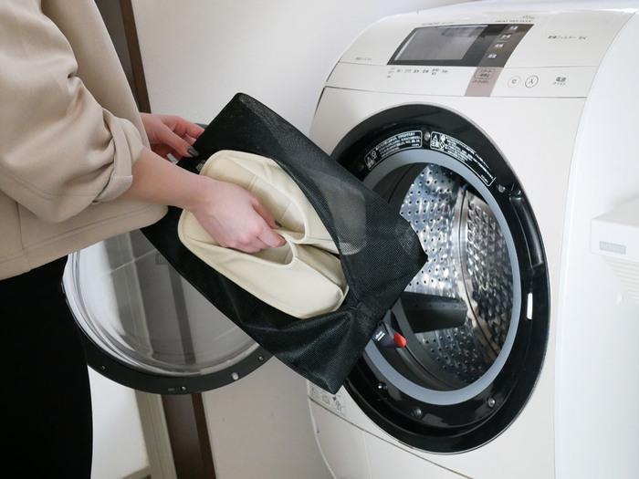 丸ごとお洗濯ももちろんOKです。型崩れを防ぐためにネットに入れて、形を整えて干すのがおすすめです。厚みのあるソールでも、リネン素材だから比較的早く乾いてくれるのがうれしいポイントです。